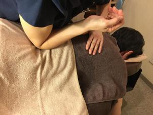 腰を肘で整体マッサージ